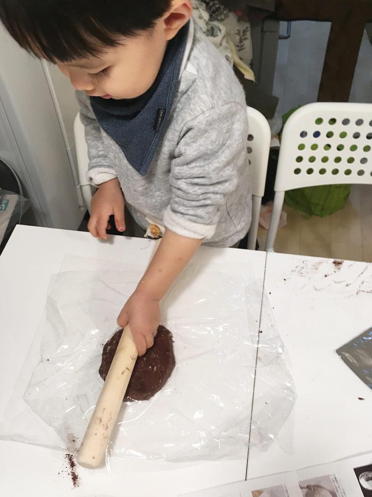 クッキー生地を伸ばす作業