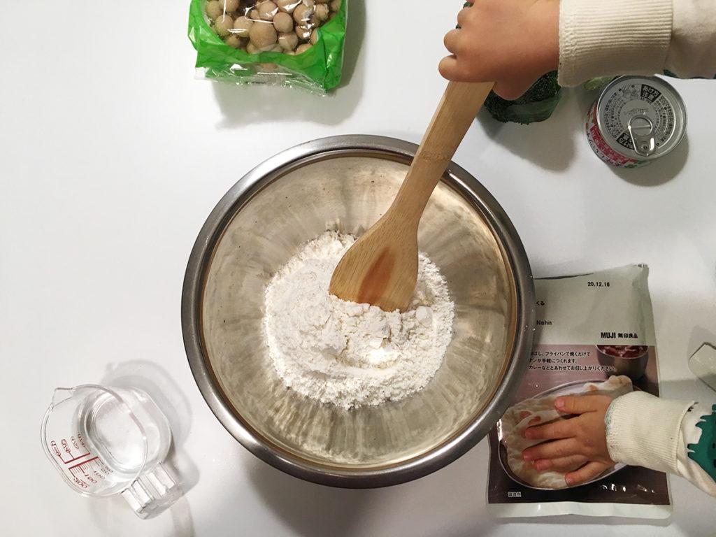 無印良品ののナンミックスでピザを作る工程:水を入れます