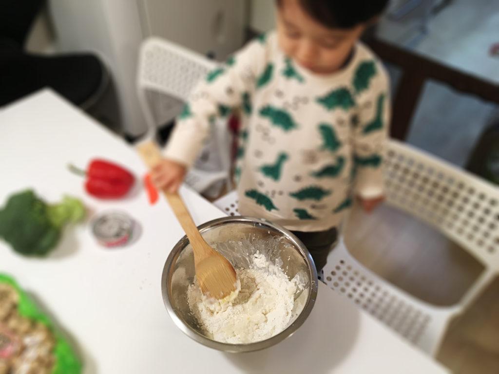 無印良品ののナンミックスでピザを作る工程:生地を混ぜます