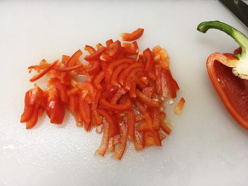 無印良品ののナンミックスでピザを作る工程:パプリカを薄切りに