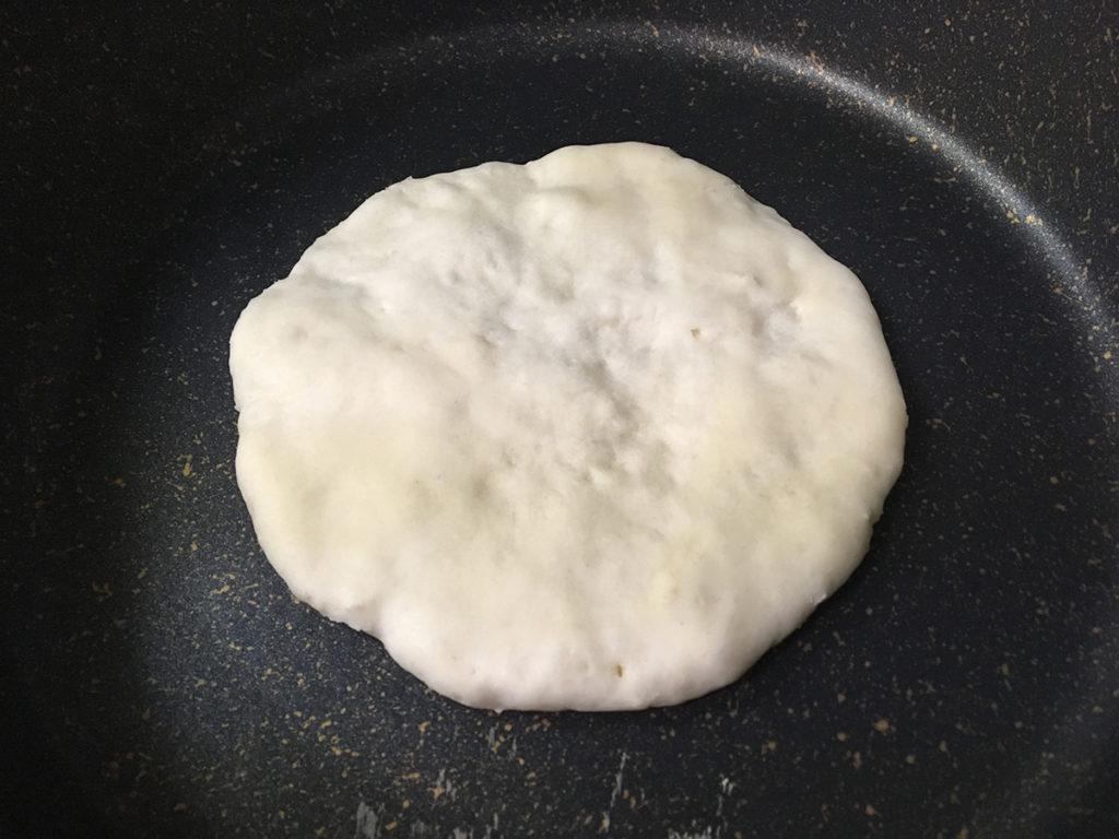 無印良品ののナンミックスでピザを作る工程:生地を焼きます