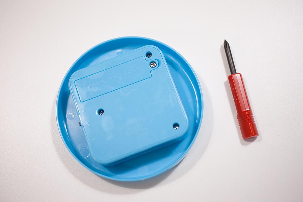 げんき 2020年4月号 ぐるぐる魚釣り&回転寿司遊び付録の組み立て ターンテーブルに電池を入れる