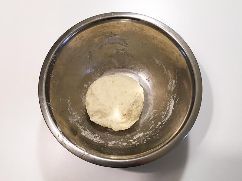 無印良品の「フライパンでつくるナン」を生地に作るサイゼリヤ風コーンピザ 生地をひとまとまりにする
