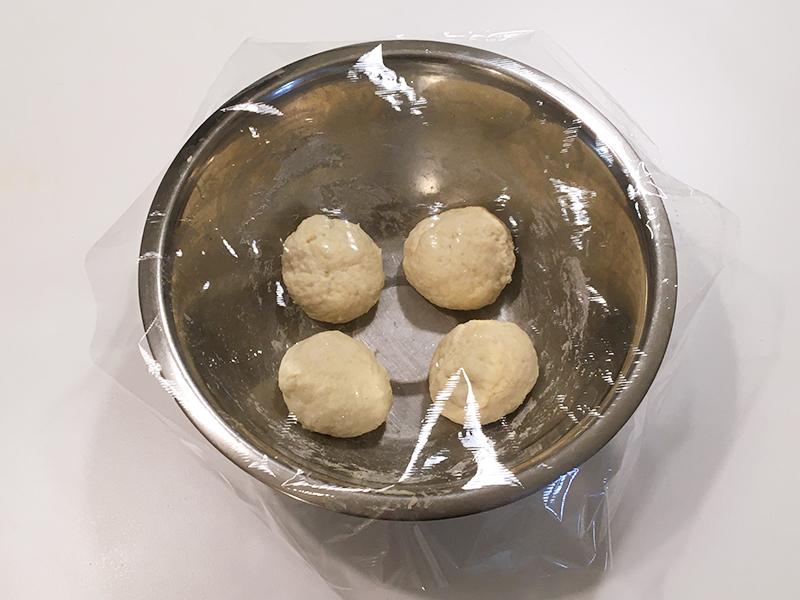 無印良品の「フライパンでつくるナン」を生地に作るサイゼリヤ風コーンピザ 生地を4等分してまるめる