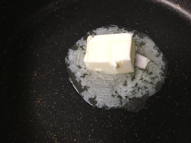 ホワイトソースを作る バターを溶かす