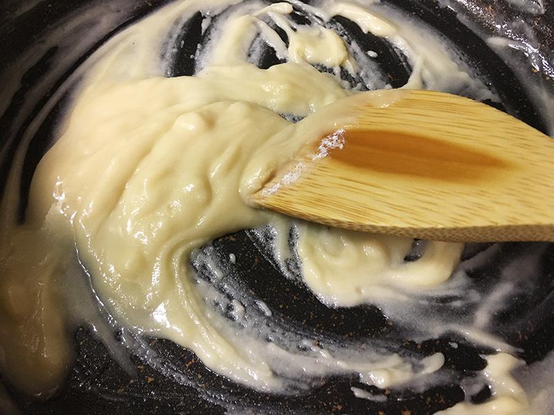 ホワイトソースを作る 加熱しながらバターと小麦粉を混ぜる