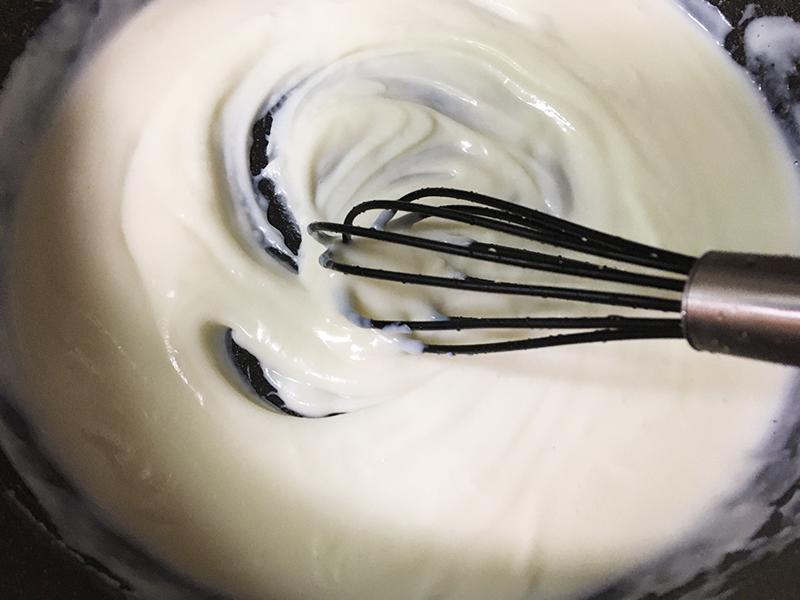 ホワイトソースを作る 加熱しながら牛乳を少量ずつ混ぜていく