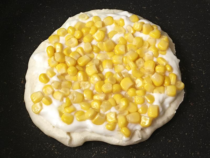 無印良品の「フライパンでつくるナン」を生地に作るサイゼリヤ風コーンピザ 生地にコーンをのせる