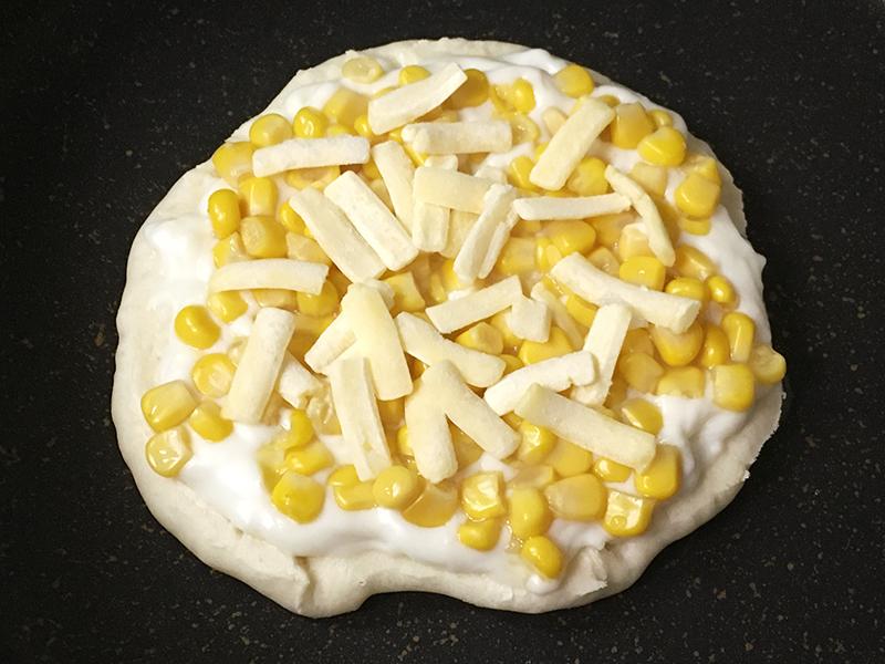 無印良品の「フライパンでつくるナン」を生地に作るサイゼリヤ風コーンピザ 生地にチーズをのせる