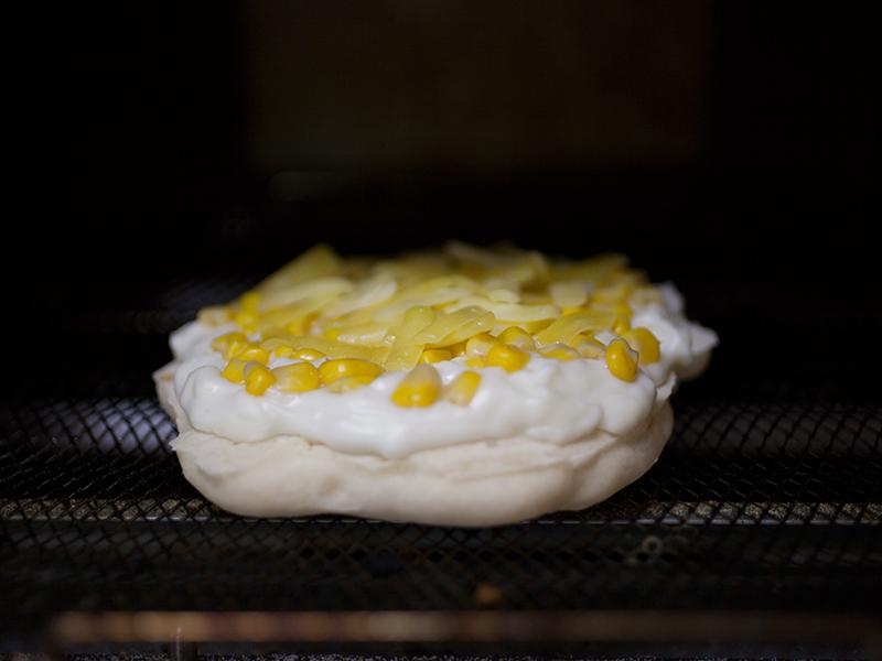 無印良品の「フライパンでつくるナン」を生地に作るサイゼリヤ風コーンピザ 生地の裏面が焼けたらトースターへ