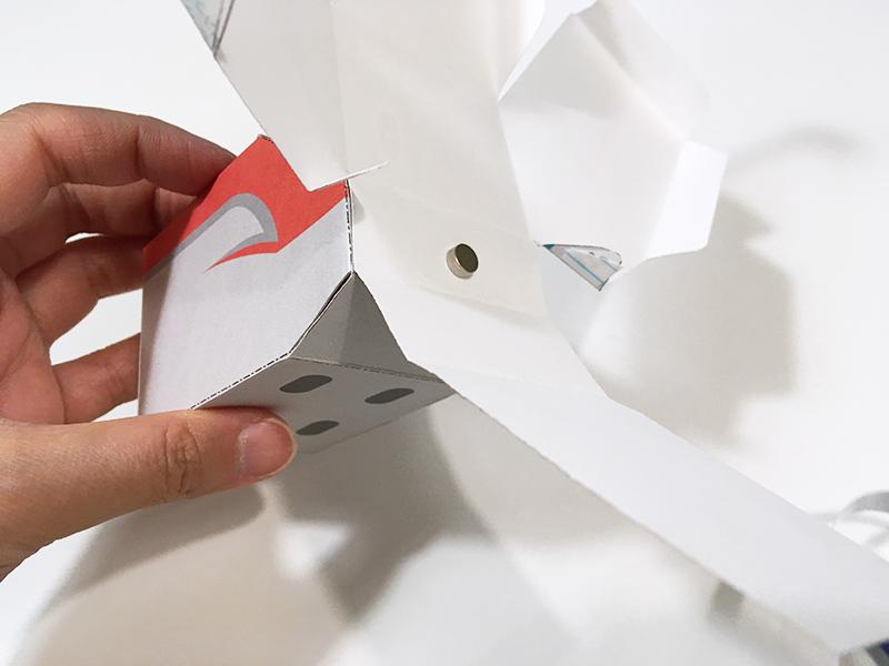 とれたんずのペーパークラフト「こまちちゃん」と「はやぶさくん」を連結できるようにしてみた はやぶさくん前方の連結用マグネットを付ける