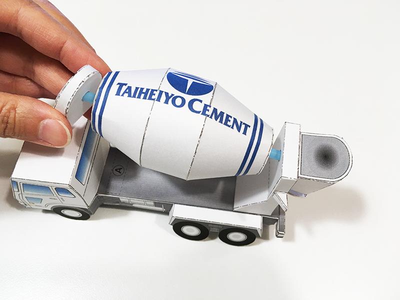 太平洋セメント ペーパークラフトシリーズ vol.1 アジテータ車(ミキサー車) それぞれに完成したパーツをを組み立てる