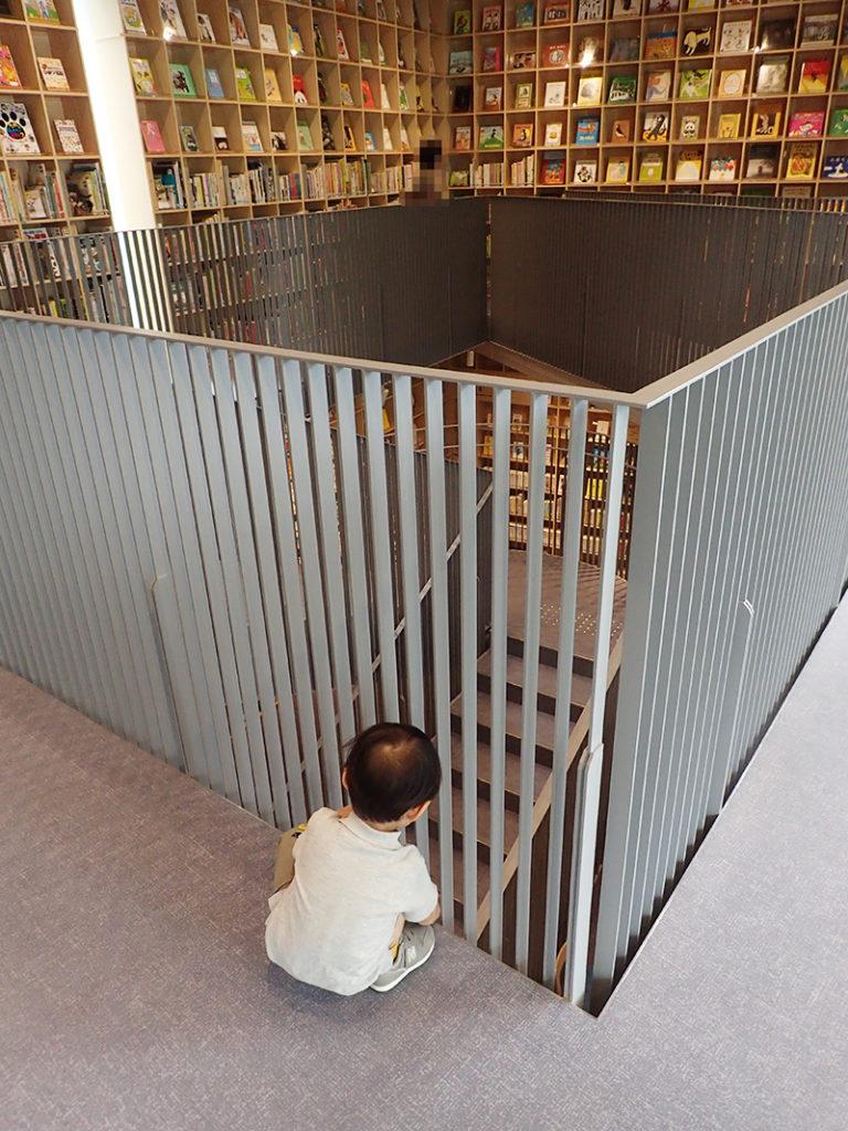 【大阪お出かけ】新しい図書館「こども本の森 中之島」2階吹き抜けスペース通路