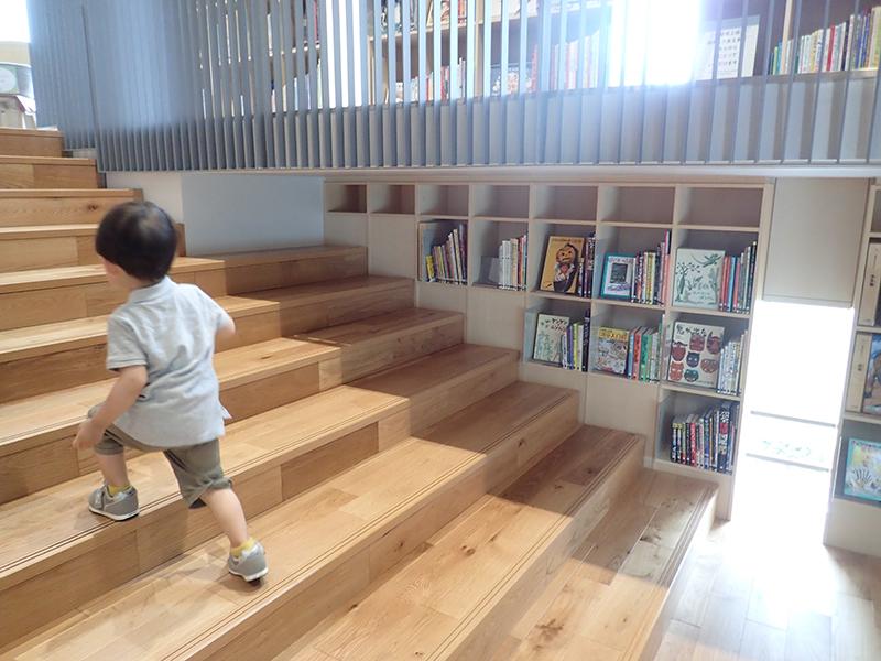 【大阪お出かけ】新しい図書館「こども本の森 中之島」2階〜3階吹き抜けスペース階段の本棚