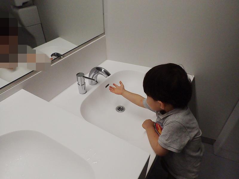 【大阪お出かけ】新しい図書館「こども本の森 中之島」1階 女性用トイレ 子供用水道