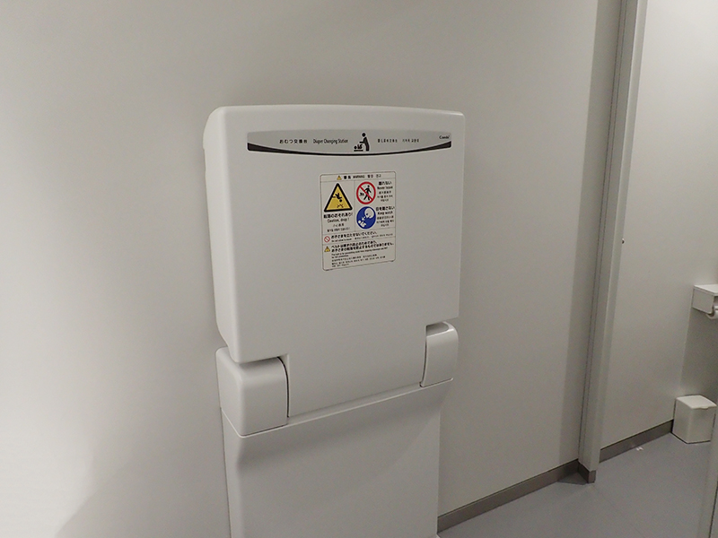 【大阪お出かけ】新しい図書館「こども本の森 中之島」1階 女性用トイレ オムツ替え台