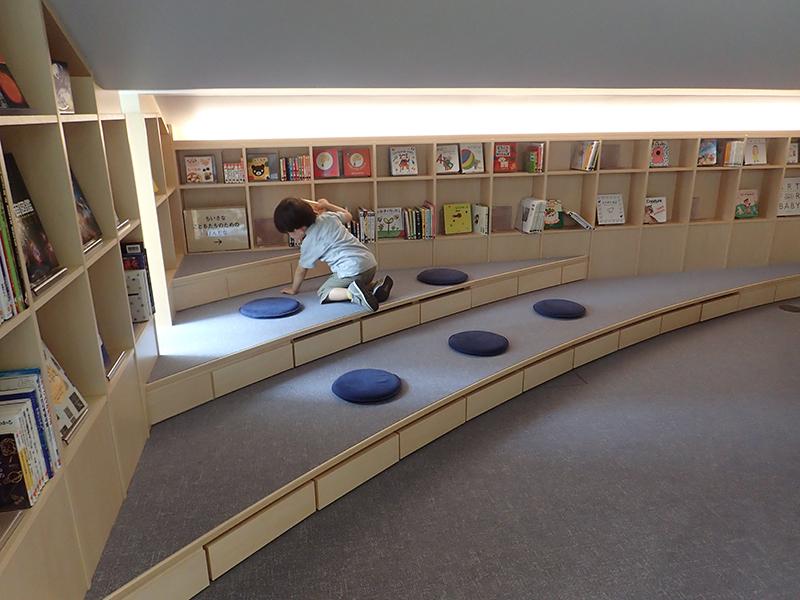 【大阪お出かけ】新しい図書館「こども本の森 中之島」ちいさなこどもたちのためのほんコーナー
