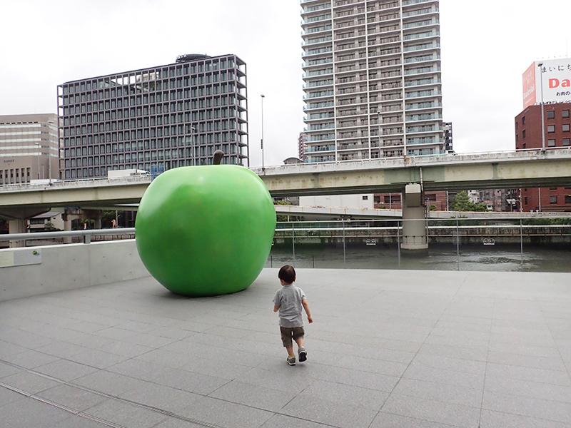 【大阪お出かけ】新しい図書館「こども本の森 中之島」大きな青いりんご