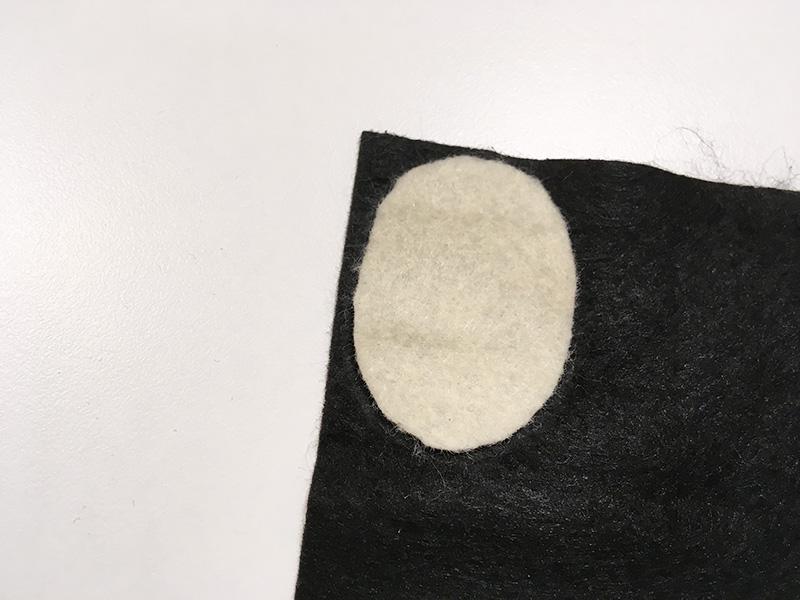 【2歳児の寝かしつけに】「いないいないばあっ!」のモウフーの作り方 モウフーの目を作る フェルトを切って黒目を作る