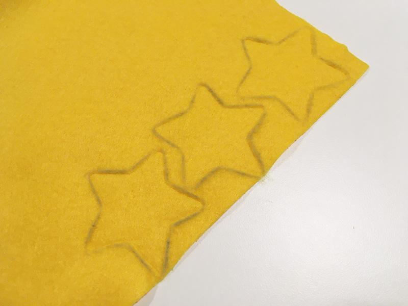 【2歳児の寝かしつけに】「いないいないばあっ!」のモウフーの作り方 フェルトを切ってモウフーの帽子の星を作る