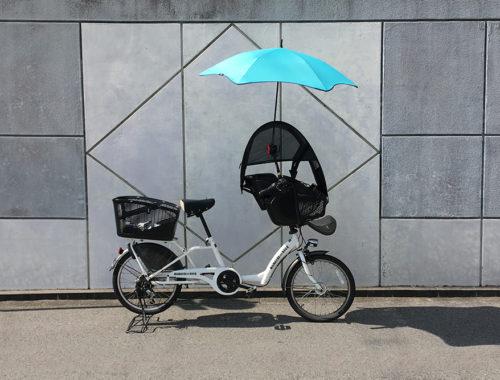 耐風傘「BLUNT LITE 3rd」をかさキャッチNO.6を使用して前乗せ子乗せ自転車(ママフレロック)に装着して使用している図