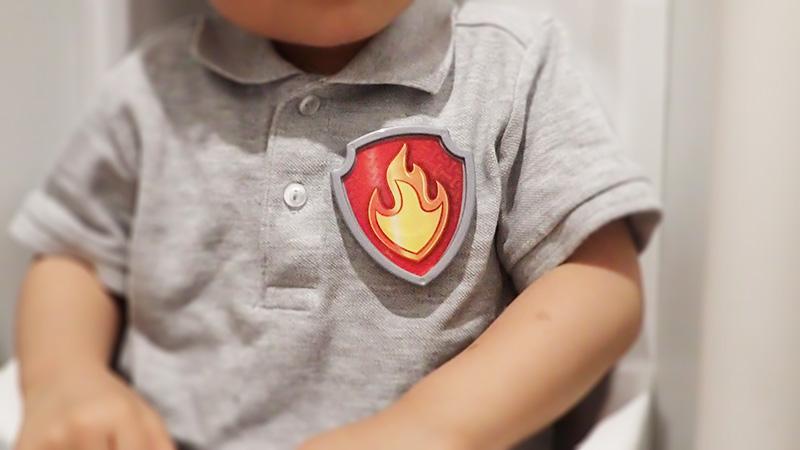 マーシャルのパウバッジをいつも装着している息子氏2歳