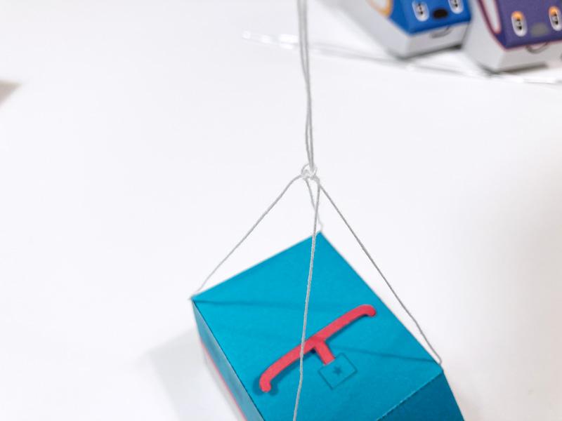【簡単工作】とれたんずのペーパークラフトでモビール自作してみた 糸を車体につける
