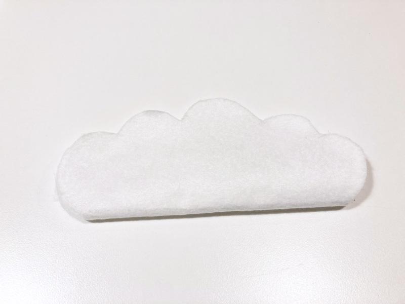 【簡単工作】とれたんずのペーパークラフトでモビール自作してみたフェルトを雲の形に切る