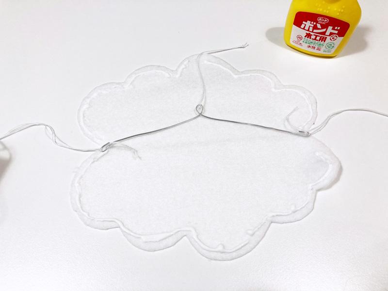 【簡単工作】とれたんずのペーパークラフトでモビール自作してみた 雲の形に切ったフェルトをワイヤーに貼り付ける