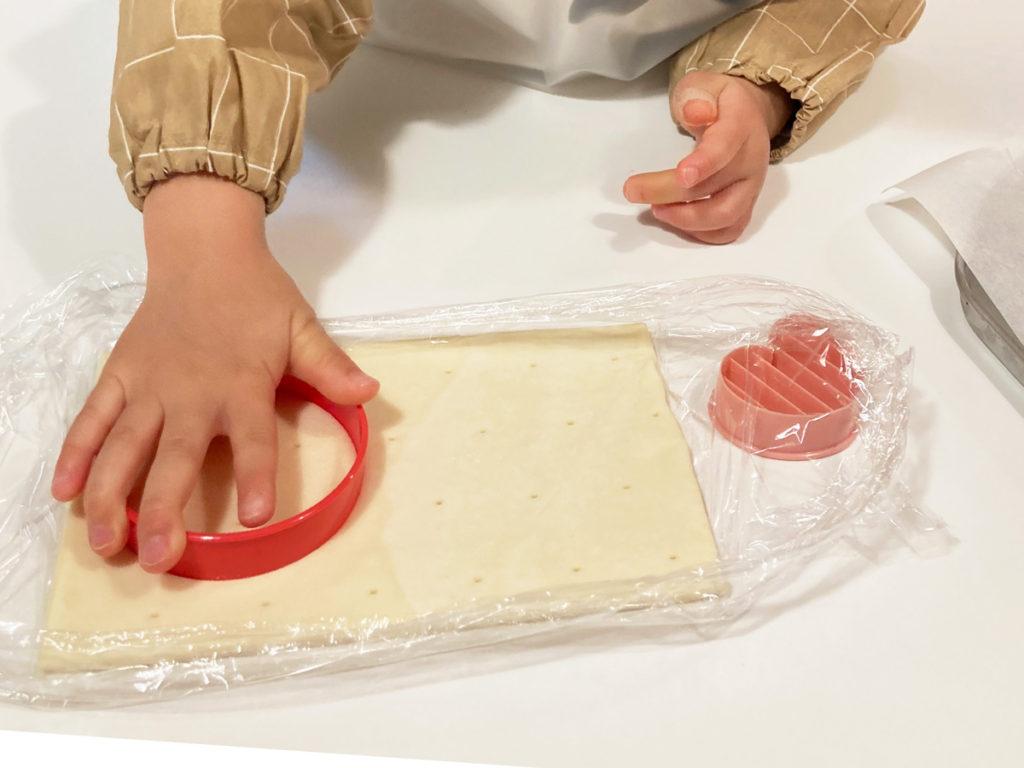 ダイソー購入品 製菓用品レシピ付き 世界のおやつ フランス「ポワソン・ダブリル」パイの作り方 パイシートを型抜きする