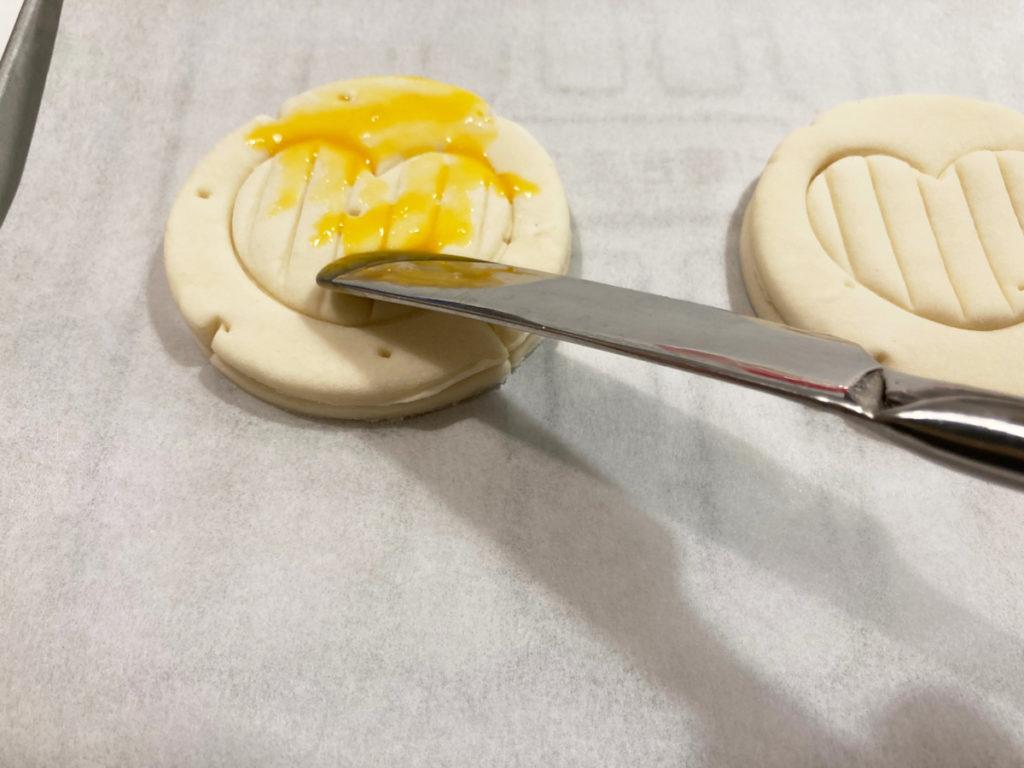 ダイソー購入品 製菓用品レシピ付き 世界のおやつ フランス「ポワソン・ダブリル」パイの作り方 型抜きしたパイシートを重ねて卵黄を溶いたものを塗る