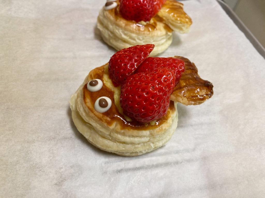 ダイソー購入品 製菓用品レシピ付き 世界のおやつ フランス「ポワソン・ダブリル」パイの作り方 焼きあがったパイにカスタードクリームを入れいちごを飾る